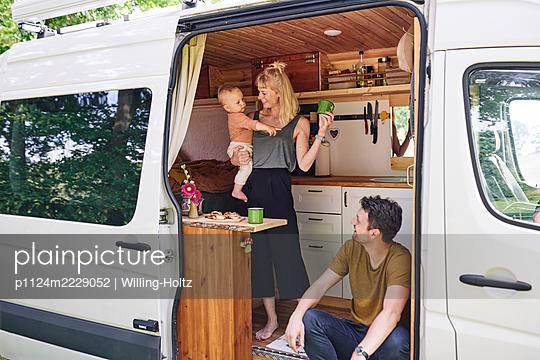 Familie im Wohnmobil - p1124m2229052 von Willing-Holtz