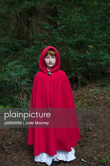 Red cape - p9200056 von Jude Mooney