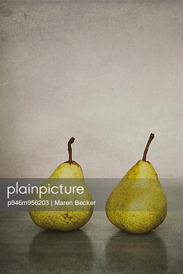 Zwei Birnen auf dem Tisch - p946m956203 von Maren Becker