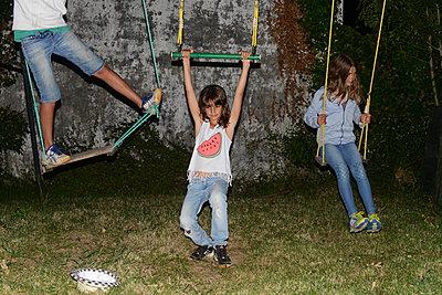 Kinder auf der Schaukel - p1116m1218681 von Ilka Kramer
