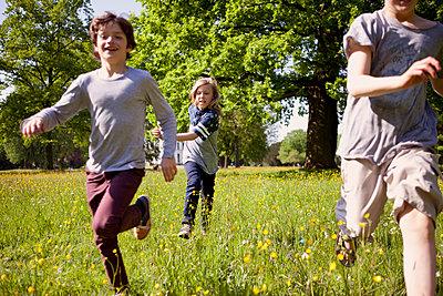 Kinder rennen durch den Jenischpark - p1195m1138114 von Kathrin Brunnhofer