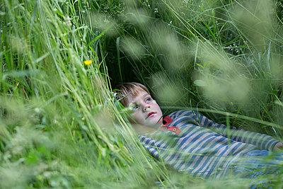 Kind in der Wiese - p1308m2211631 von felice douglas