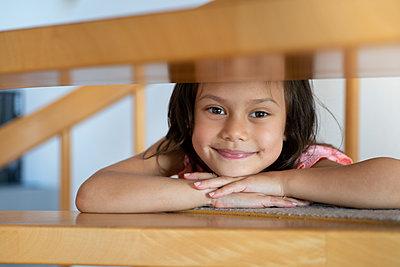 Kleines Mädchen auf einer Holztreppe - p1625m2245011 von Dr. med.