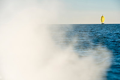 Austria, Bregenz, smoke of motor boat and sailing boat on Lake Constance - p300m1206326 by Holger Spiering
