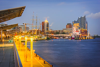 Germany, Hamburg, view from Landing Stages to museum ship Cap San Diego and Elbphilharmonie - p300m1460161 by Kerstin Bittner