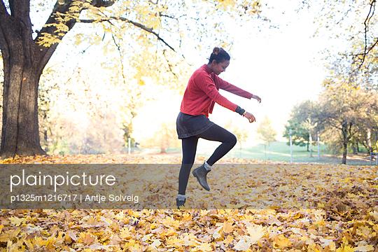 Junge Frau im herbstlichen Park - p1325m1216717 von Antje Solveig