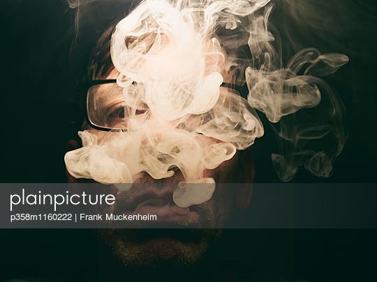 Zigarettenrauch - p358m1160222 von Frank Muckenheim