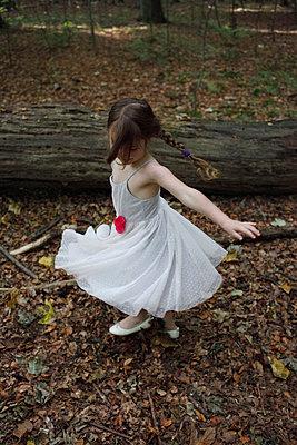 Dancing little girl - p045m953732 by Jasmin Sander