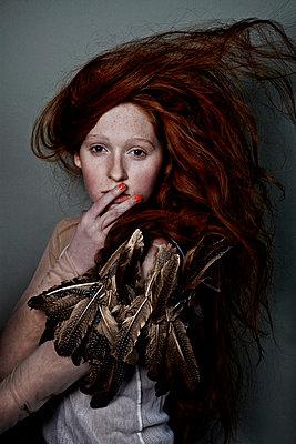 Mädchen mit roten Haaren und Federschmuck - p1146m943294 von Stephanie Uhlenbrock