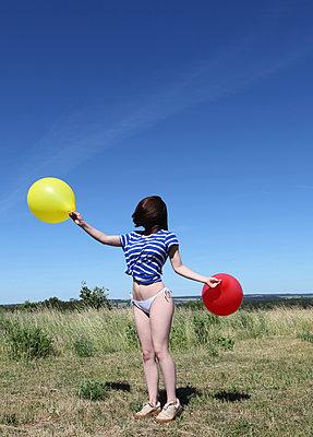 Junge Frau mit Luftballons auf dem Land - p1519m2063300 von Soany Guigand