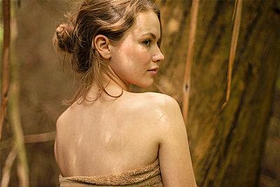 Schöne junge Frau in der Natur - p1548m2126635 von Jutta Klee