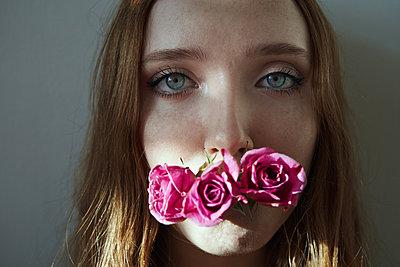Junges Mädchen mit Rosen - p1694m2291694 von Oksana Wagner