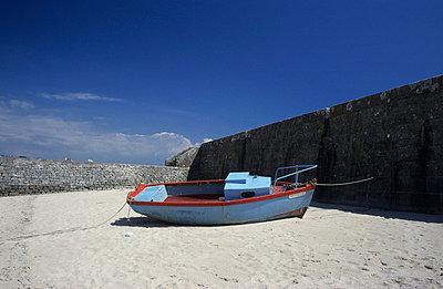 Boot an der Kaimauer - p2370640 von Thordis Rüggeberg