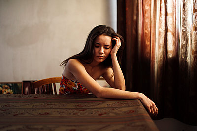Caucasian woman sitting at table - p555m1304713 by Marat Safin