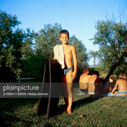 Junge am See - p1320m1155009 von Matija Brumen