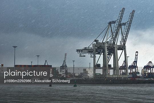 Rainy day in Hamburg - p1696m2292986 by Alexander Schönberg