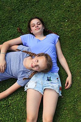 Beste Freundinnen genießen den Sommer - p045m1171167 von Jasmin Sander
