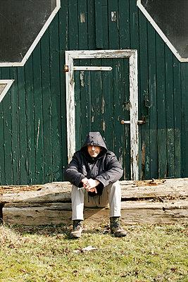 Mann vor Scheune - p1650329 von Andrea Schoenrock