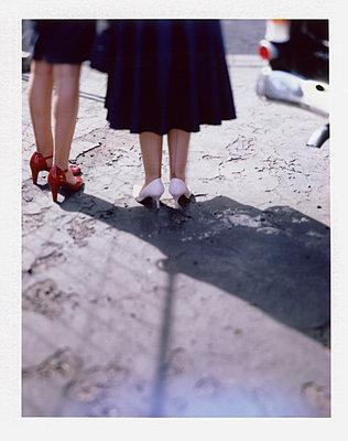 Zwei Frauen in Nylons vor altem Opel Rekord - p342m741793 von Thorsten Marquardt