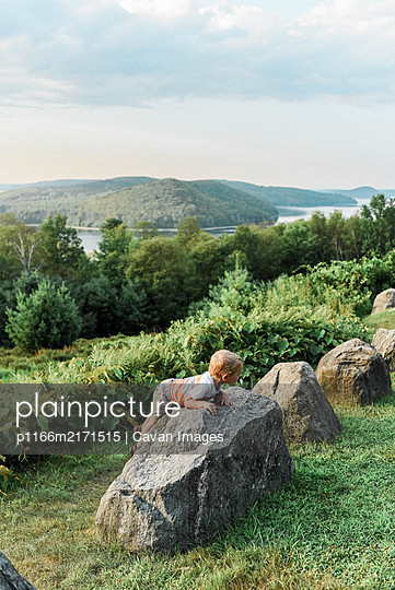 Little two year old boy exploring a park in Massachusetts. - p1166m2171515 by Cavan Images