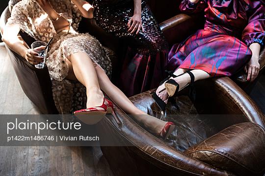 Junge Frauen in extravaganten Kleidern - p1422m1486746 von Vivian Rutsch
