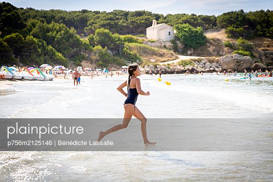 Girl on the beach - p756m2125146 by Bénédicte Lassalle