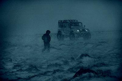 Man in snowstorm around Blönduós, Northwest Iceland - p1028m2208714 von Jean Marmeisse
