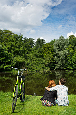 Couple in the park - p1132m1159144 by Mischa Keijser