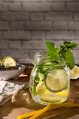 Glass of detox water with mint, ginger, rosmary and limes - p300m2041773 by Carmen Steiner