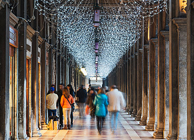 Christmas decorations, St. Marks Square, San Marco, Venice, UNESCO World Heritage Site, Veneto, Italy, Europe - p871m1013083 by Christian Kober