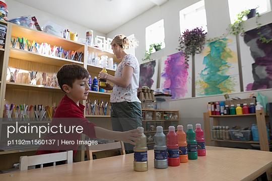 plainpicture - plainpicture p1192m1560137 - Preschool teacher and boy s... - plainpicture/Hero Images