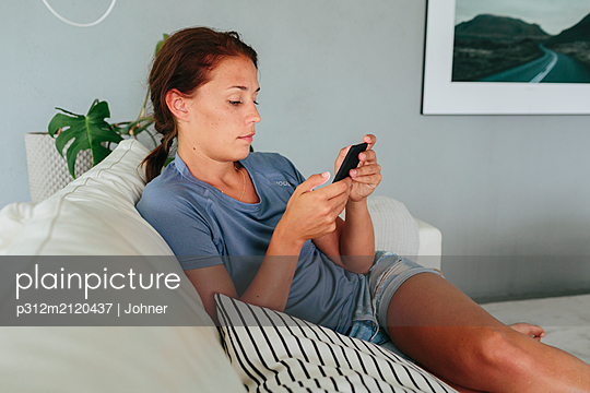 Woman using cell phone - p312m2120437 by Johner