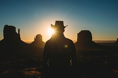 USA, Utah, Man with cowboy hat enjoying sunrise in Monument Valley - p300m1587552 von Gemma Ferrando