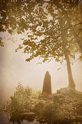 Gespenst am Seeufer - p992m882773 von Carmen Spitznagel
