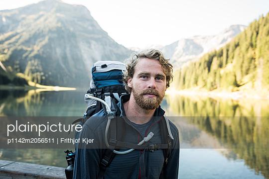Junger Wanderer an Bergsee - p1142m2056511 von Runar Lind
