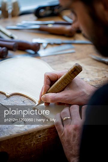 Geigenbau - Draht einlegen in der Geigendecke - p1212m1203350 von harry + lidy