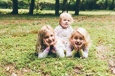 Kinder im Gras - p1086m1056009 von Carrie Marie Burr