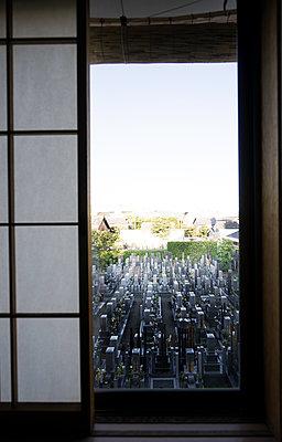 Blick durch japanisches Fenster auf Friedhof - p1180m1169402 von chillagano