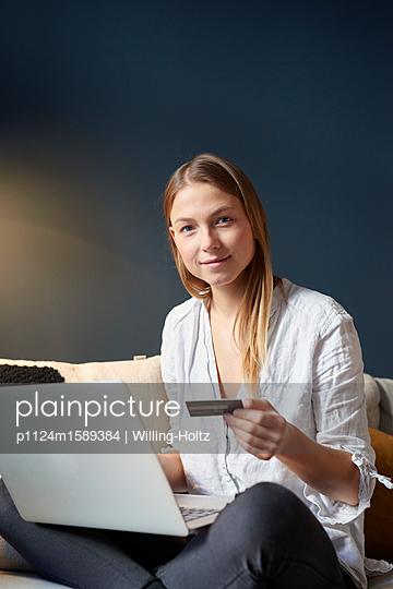 Junge Frau macht Online Banking - p1124m1589384 von Willing-Holtz
