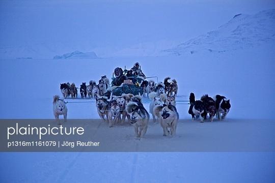 zwei Hundeschlittengespanne auf dem gefrorenen Ozean nördlich von Qaanaaq, Nordwest- Grönland - p1316m1161079 von Jörg Reuther
