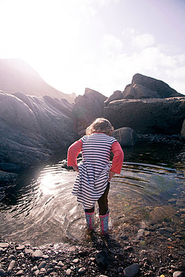 Girl playing in pool of water, Millook Beach, Cornwall - p429m1140095 by Janeycakes Photos