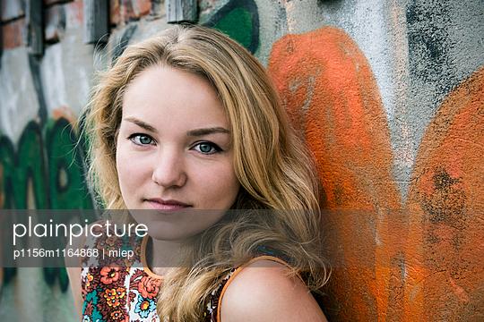 Portrait junge Frau - p1156m1164868 von miep