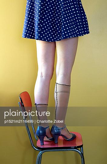 Frau trägt altmodische Strümpe - p1521m2116499 von Charlotte Zobel