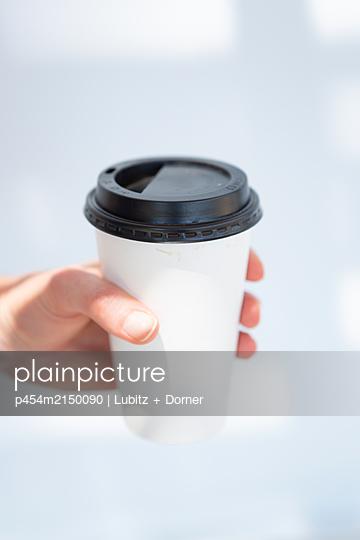 Coffee to go - p454m2150090 by Lubitz + Dorner