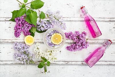 Homemade lilac sirup - p300m1587910 von Larissa Veronesi