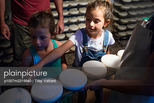 France, Father and daughters visit a cheese factory - p1007m2219940 by Tilby Vattard