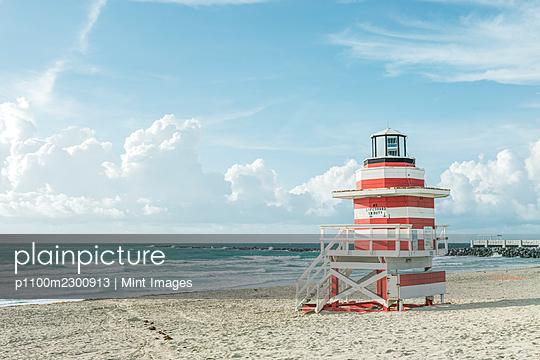 Lifeguard hut on sandy beach. - p1100m2300913 by Mint Images