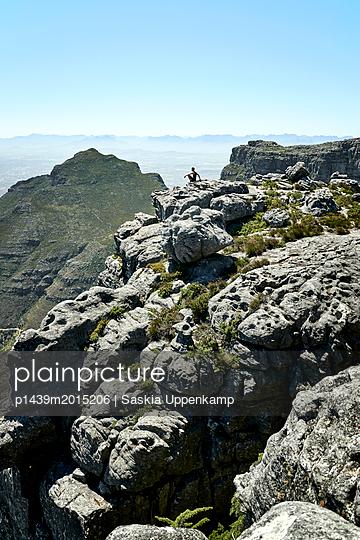 Mann genießt Aussicht auf dem Tafelberg - p1439m2015206 von Saskia Uppenkamp