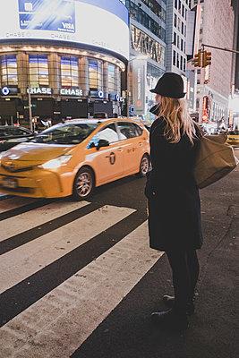 Frau mit Hut in New York - p1345m1215744 von Alexandra Kern