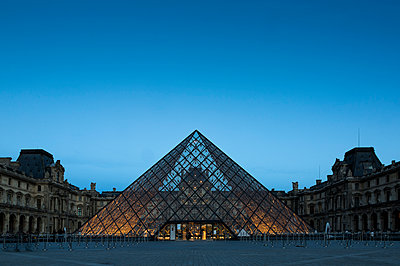 France, Paris, Louvre, glass pyramide in courtyard, blue hour - p300m1180831 by Christina Falkenberg